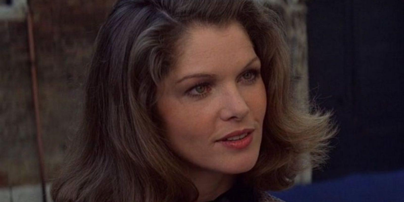Lois Chiles, es la Dra. Holly Goodhead una científica de la NASA que trabaja para Industrias Drax pero también es agente de la CIA con la misma misión que Bond, mas adelante este se da cuenta y trabajan juntos para poder derrocar los planes de Drax.