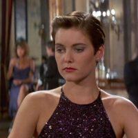 Carey Lowell, hace a Pam Bouvier una piloto de la CIA que le ayuda a Bond a llegar a donde se encuentra Franz Sanchez luego de que lo sacan de la misión y le quitan su licencia para matar porque consideran que esta actuando bajo la sed de venganza.