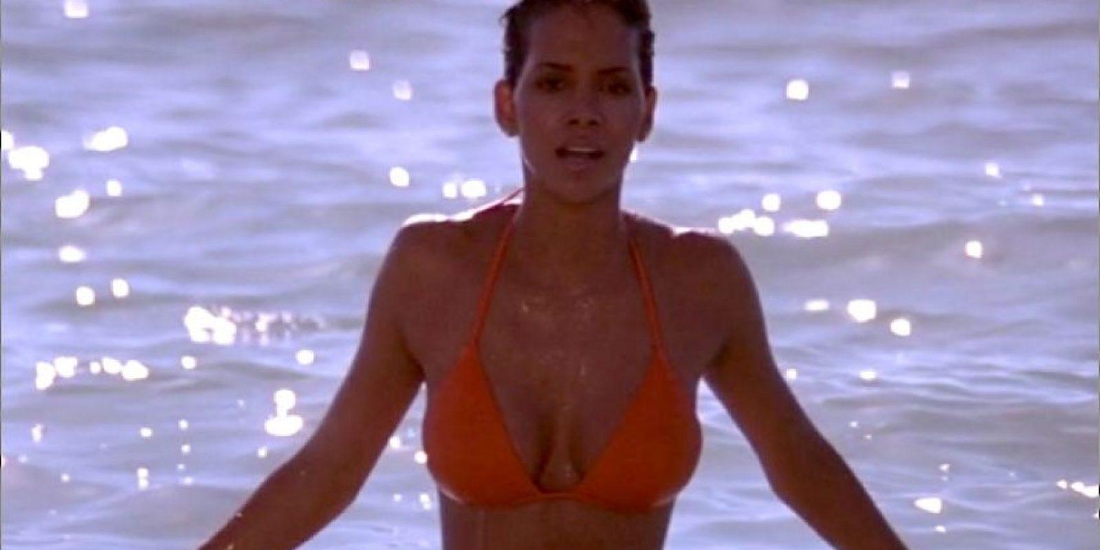 Halle Berry, interpreta a Jinx Johnson una agente al servicio de la ANS (Agencia Nacional de Seguridad) que esta tras el mismo objetivo que el agente del M16. un detalle, los productores la consideraban una James Bond femenina.