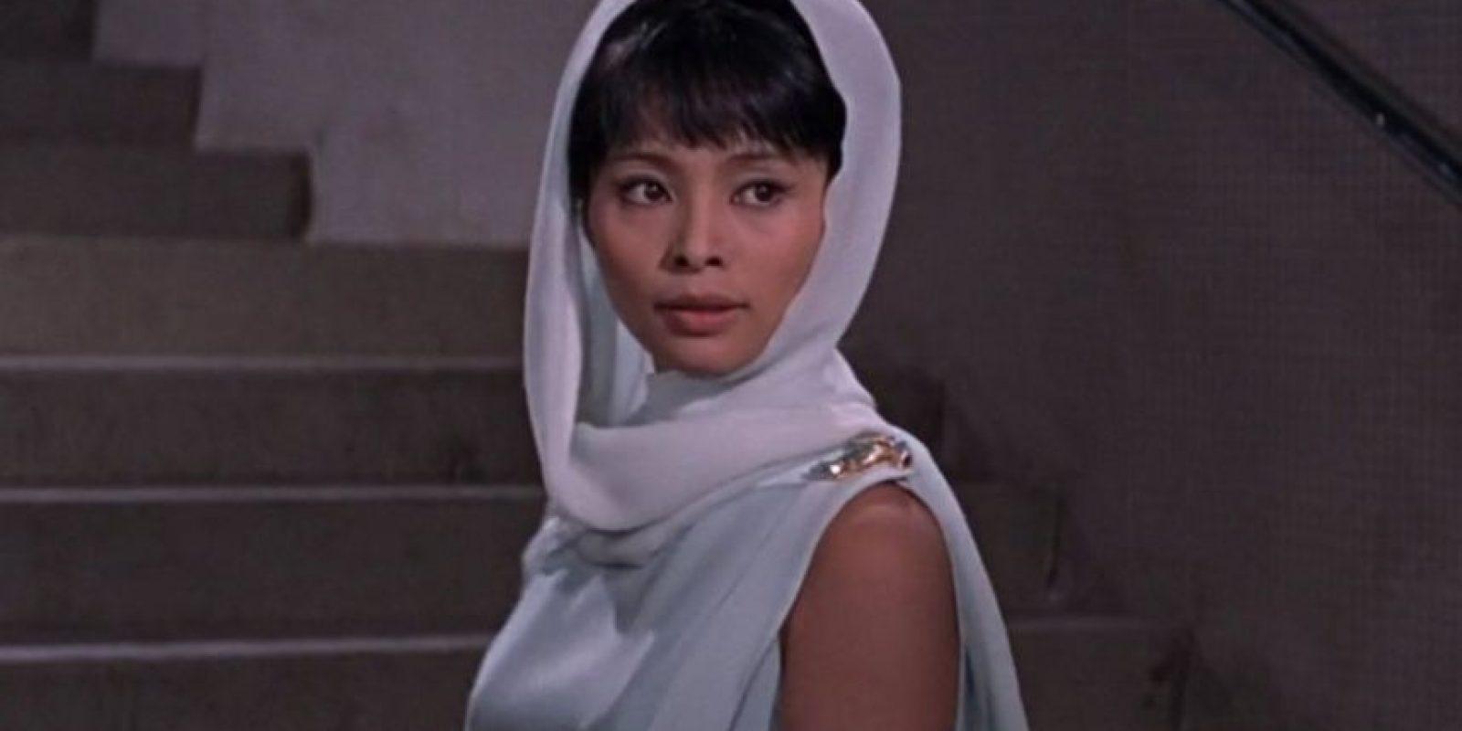Akiko Wakabayashi, Aki es una agente del servicio secreto japonés que le ayuda a Bond a escapar de ciertos inconvenientes y mas tarde ella se enamoraría de James pero una noche que intentan envenenar a Bond por error la envenenan a ella.
