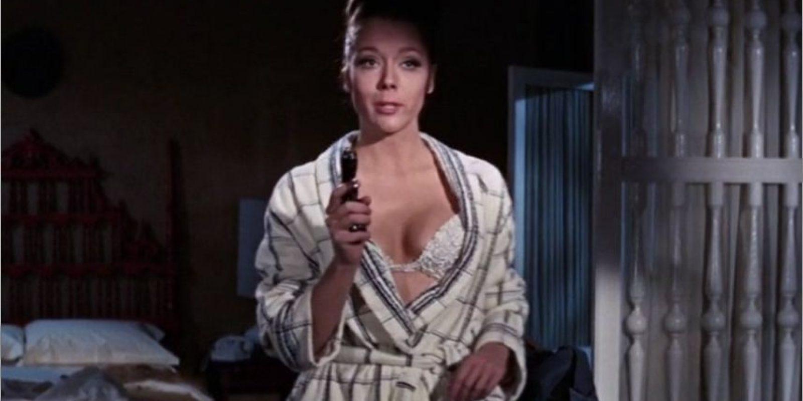"""Daiana Rigg, hizo de Teresa di Vicenzo """"Tracy"""" una joven a la que Bond le salva la vida dos veces en un día, más tarde James es secuestrado precisamente por al padre de Tracy para llegar a un arreglo para que este se case con su hija pero mas adelante ambos se enamoran y se casan pero a ella la mata Blofeld antes de llegar a su luna de miel."""