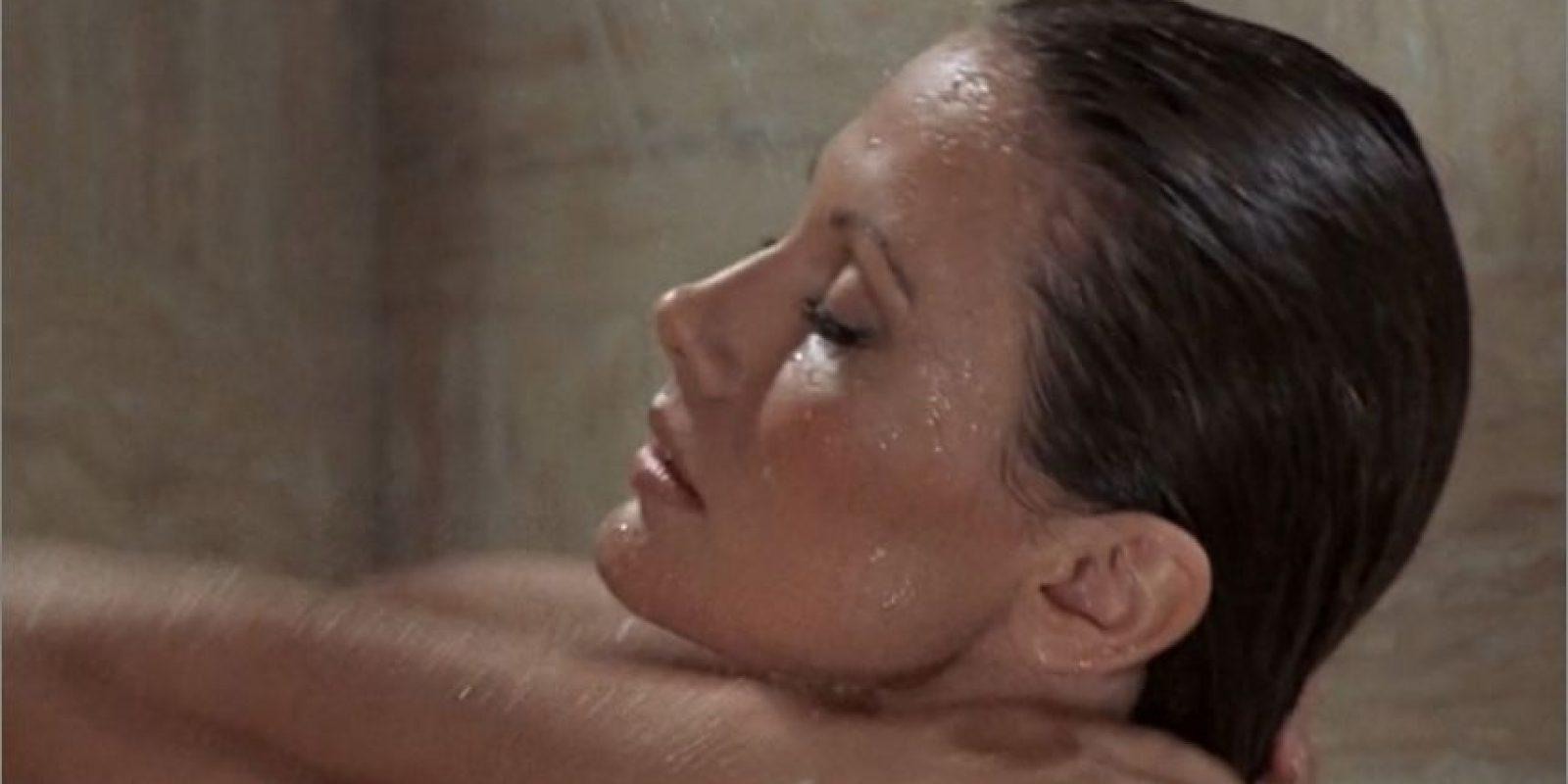 En esta oportunidad se presenta algo raro ya que pueden considerarse como chica Bond a dos actrices una de ellas es Maud Adams que interpreta a la amante de Francisco Scaramanga y es quien se encarga de hacer la transacción de sus famosas balas de oro.