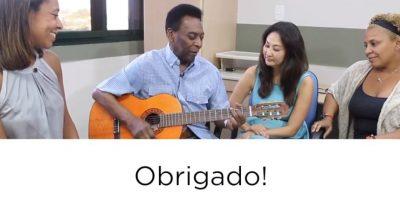 Toca la guitarra mostrando su mejoría. Foto:facebook.com/Pele