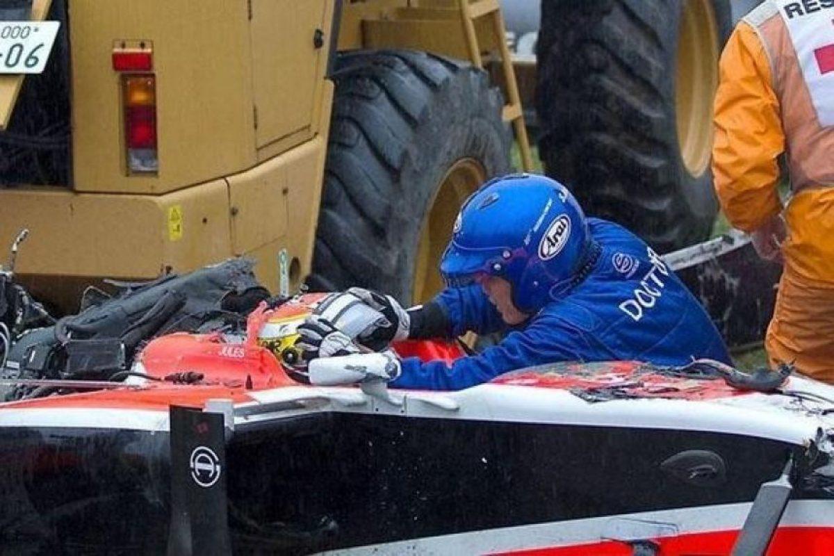 Esta es una de las escenas del accidente que sufrió Bianchi al impactar su vehículo con una grúa. Foto:Fórmula Uno