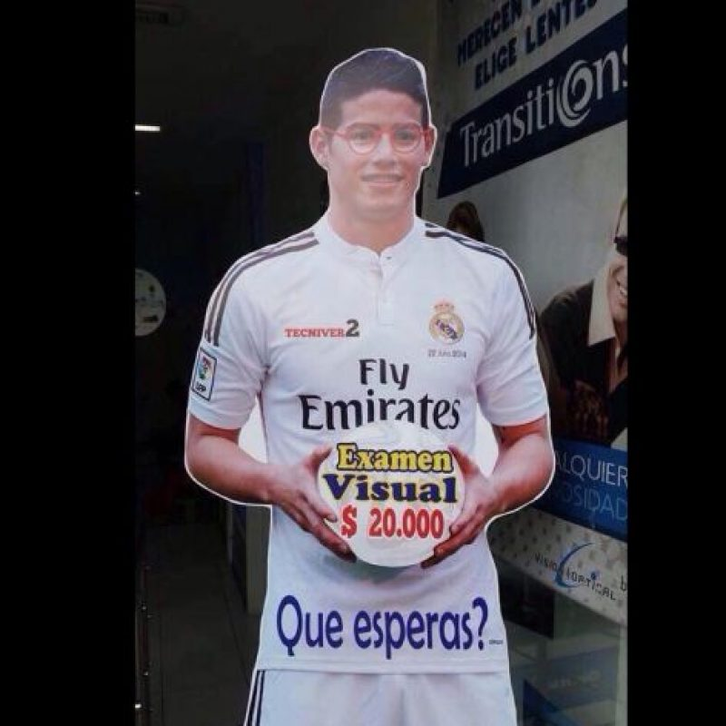 Este James con gafas Foto:Colombianadas