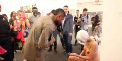 FOTOS: Usher cargó la batería de su celular en una vagina