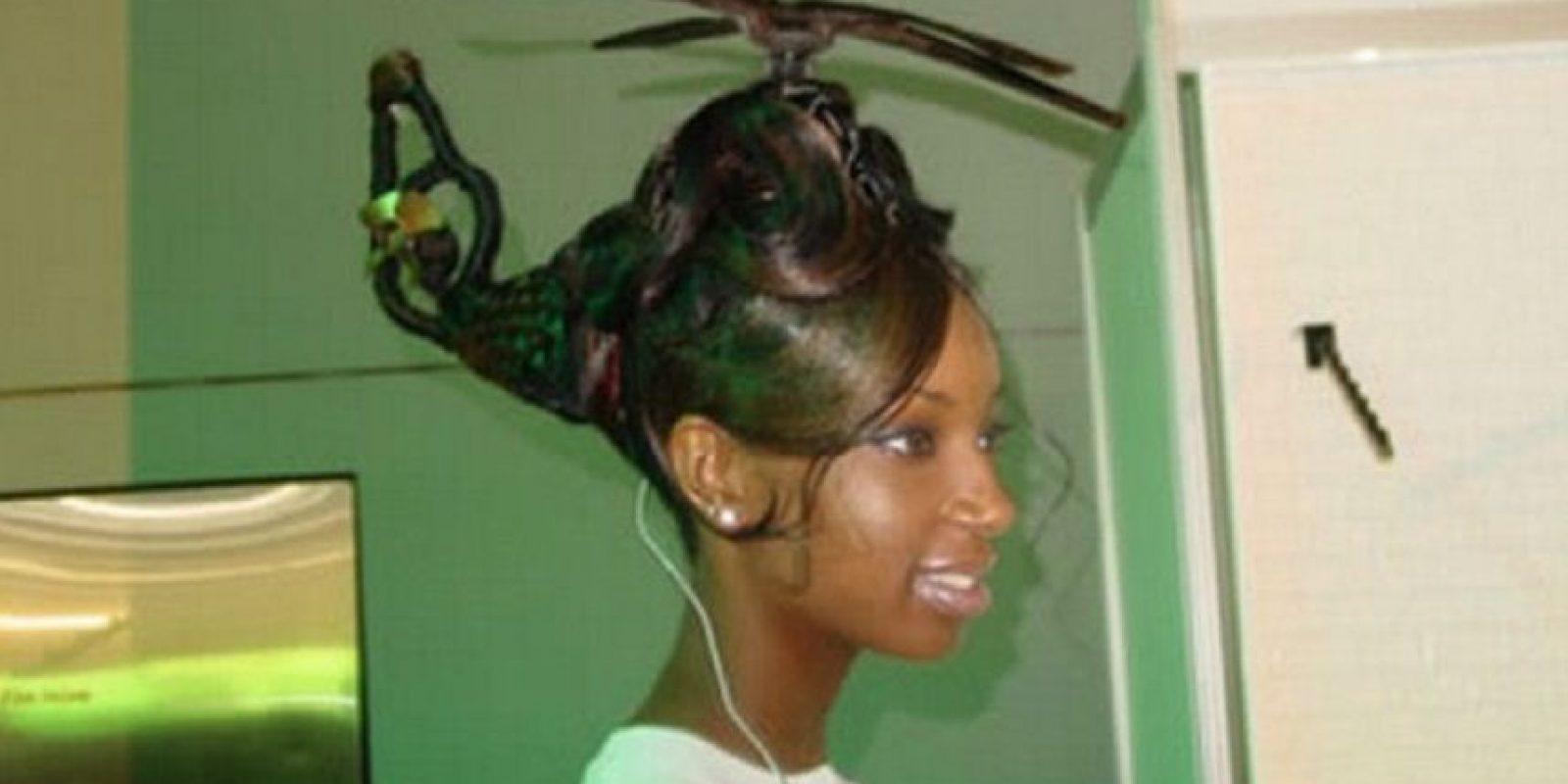 Nada más y nada menos que un helicóptero en la cabeza Foto:Kow Your Meme
