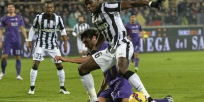Pogba le gana el balón al defensa Stefan Savic. Foto:AFP