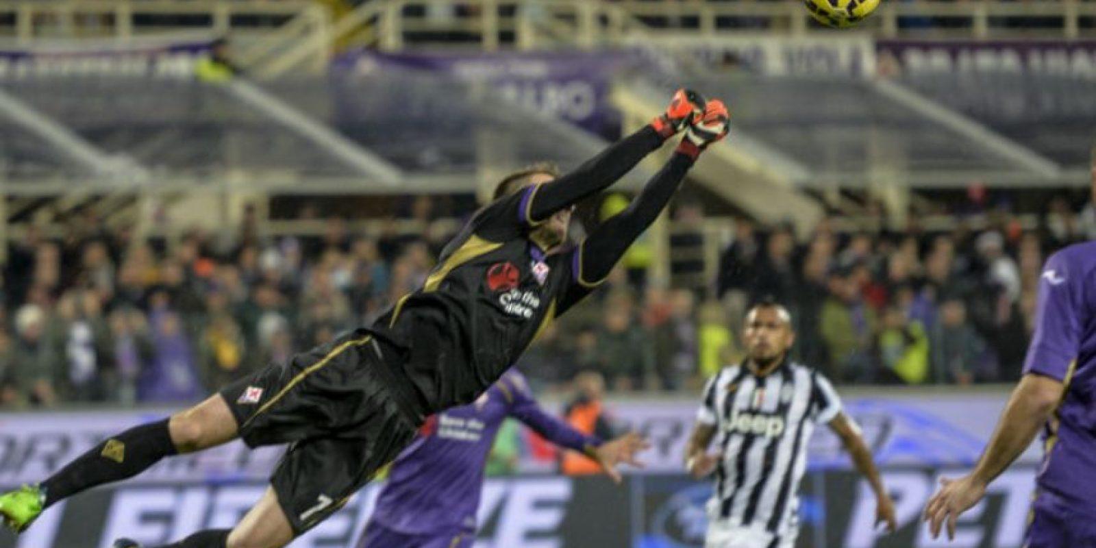 El portero de la Fiorentina despeja un remate de Paul Pogba. Foto:AFP