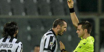 El jugador de la Juve, Giorgio Chiellini discute con el árbitro Nicola Rizzoli. Foto:AFP