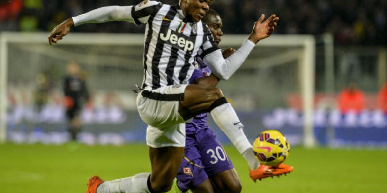 Angelo Ogbonna despoja del balón a Khouma Babacar, de la Fiorentina. Foto:AFP