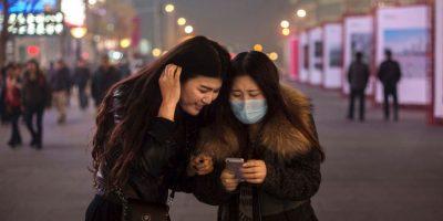 Respecto al insomio, la luz azul de pantallas y celulares modifica la percepción de nuestros ojos hacia la luz natural, haciéndonos pensar que aún es de día, a pesar de que estemos a punto de ir a dormir. Foto:Getty Images