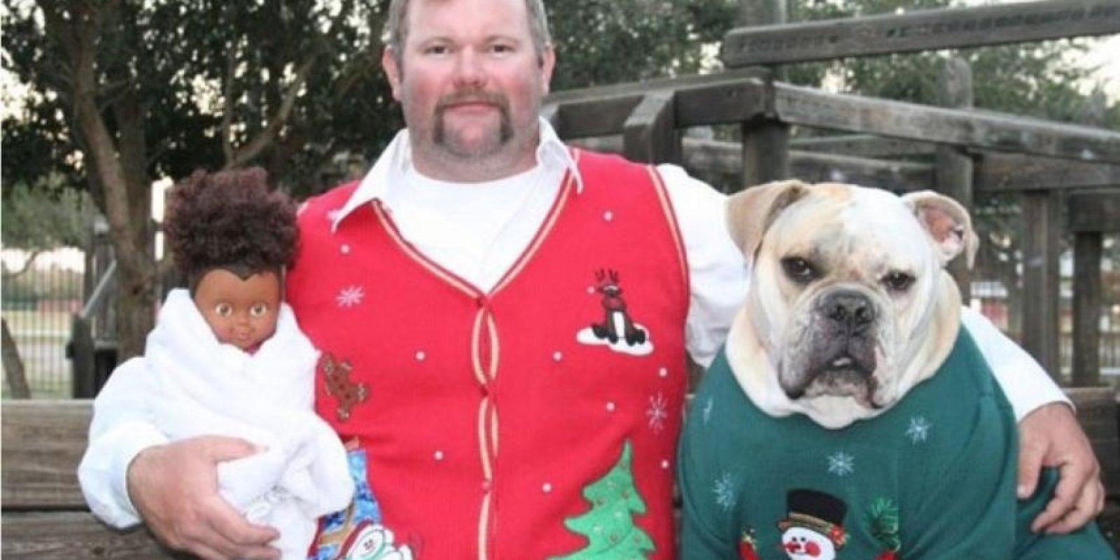 Este hombre, su perro y su muñeco. Foto:Imgur