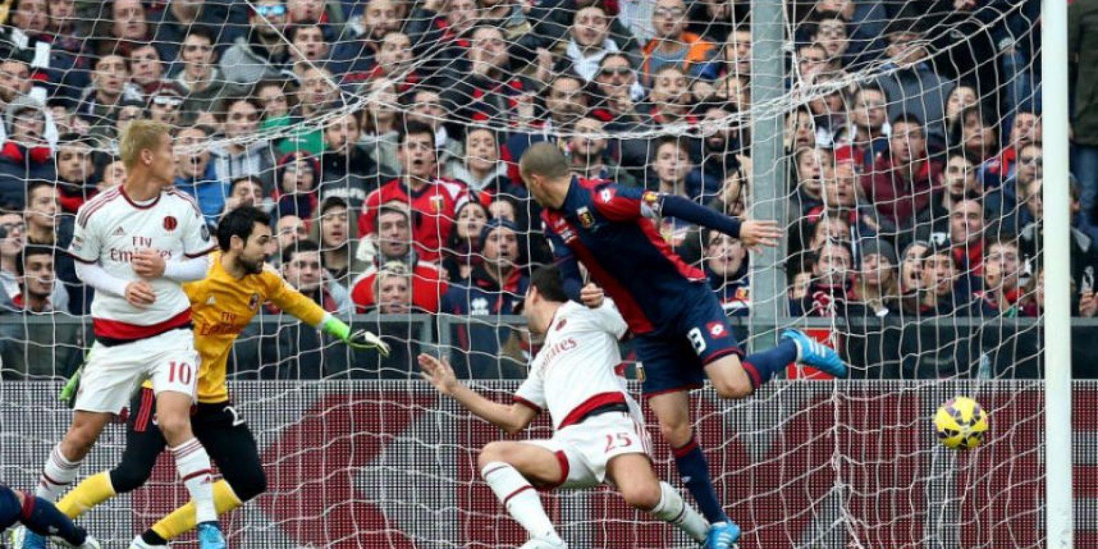 Momento en el que Luca Antonelli anota el gol de la victoria del Génova Foto:AFP