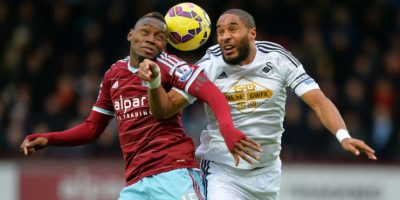 El senegalés Diafra Sakho, del West Ham, pelea por el balón con Ashley Williams, del Swansea. Foto: AFP
