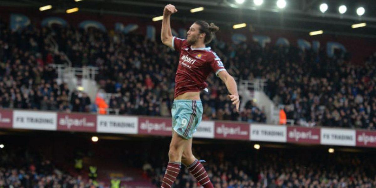 Carroll le pega dos veces al Swansea