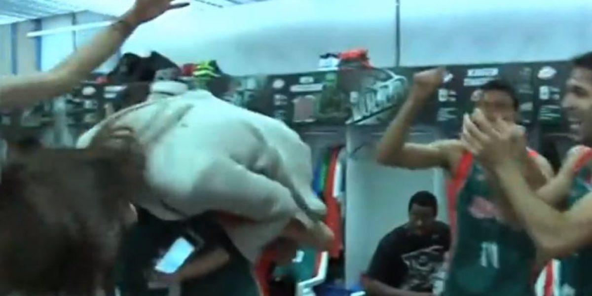 VIDEO: La desenfrenada fiesta de equipo de baloncesto en el vestuario