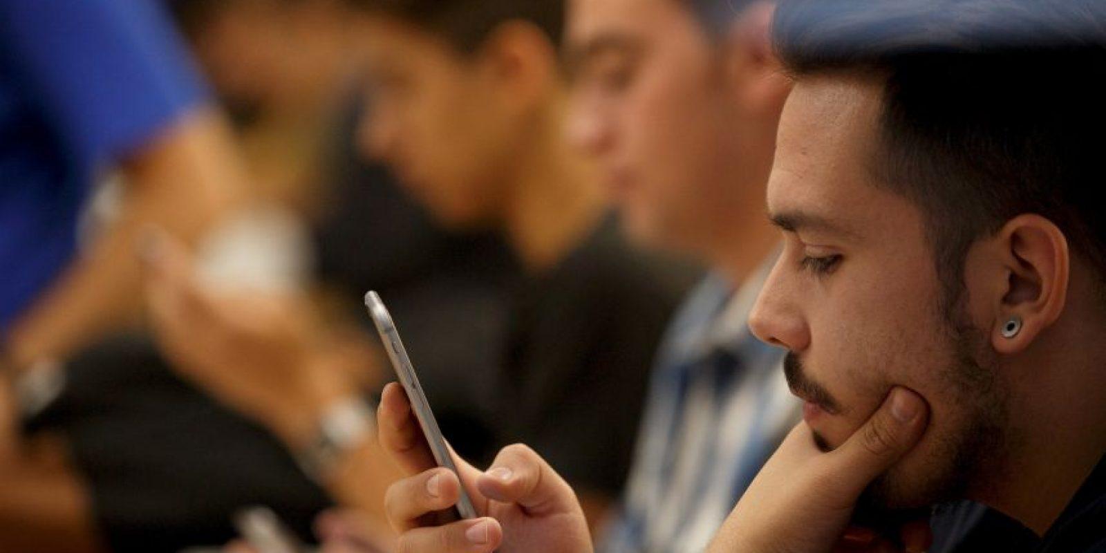 """Este tipo de interrupciones en la pareja, debidas a revisar el dispositivo móvil, son conocidas como """"technoference"""", según el estudio estadounidense. Foto:Getty Images"""