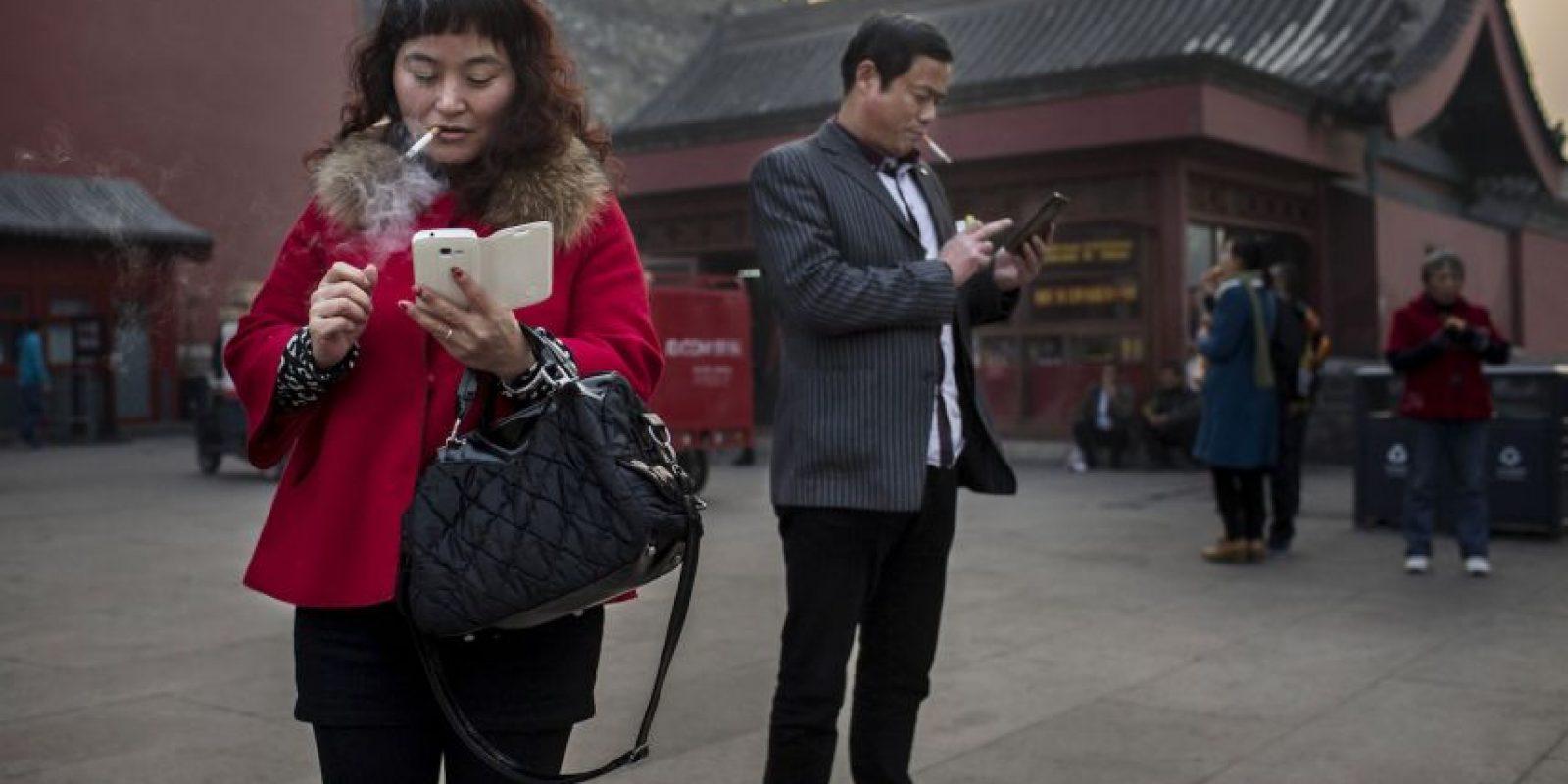 El 35% de las encuestadas compartió que su pareja suele revisar su smartphone en medio de una conversación. Foto:Getty Images