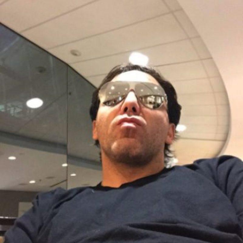 """Debido a las burlas que ocasionó su caída, el cantante escribió en Twitter: """"Ya me estaba cayendo como Juan Gabriel"""". Foto:Twitter/Cristian Castro"""