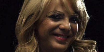 """Mientras simulaba ser la """"Reina de belleza"""", el intéprete de """"Azul"""" se cayó del escenario en un concierto de rock en México. Foto:Twitter"""
