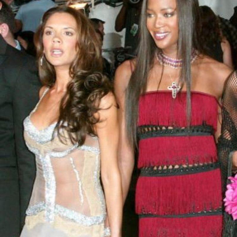 Cuando comenzó a tener celebridad por ser la esposa de David Beckham no tenía tanto busto. Foto:Getty Images
