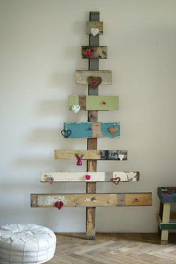El uso de tablas puede resultar una forma fácil y original para hacer un árbol de Navidad. Foto:Mimandote.com