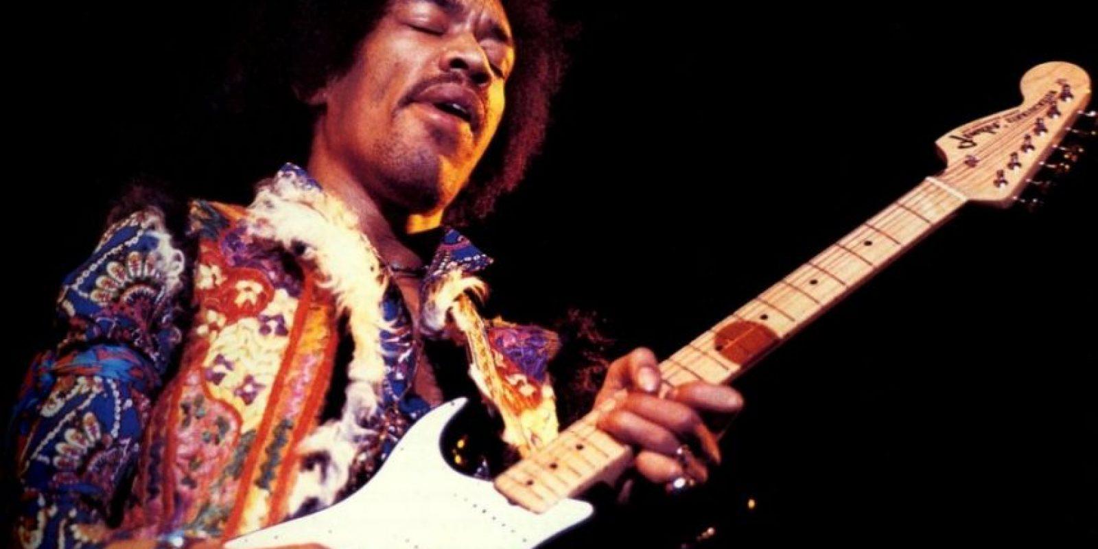 Considerado como el más grande guitarrista de la historia. Se ahogó con su propio vomito mientras era llevado en una camilla, al combinar vino con somníferos Foto:Agencias