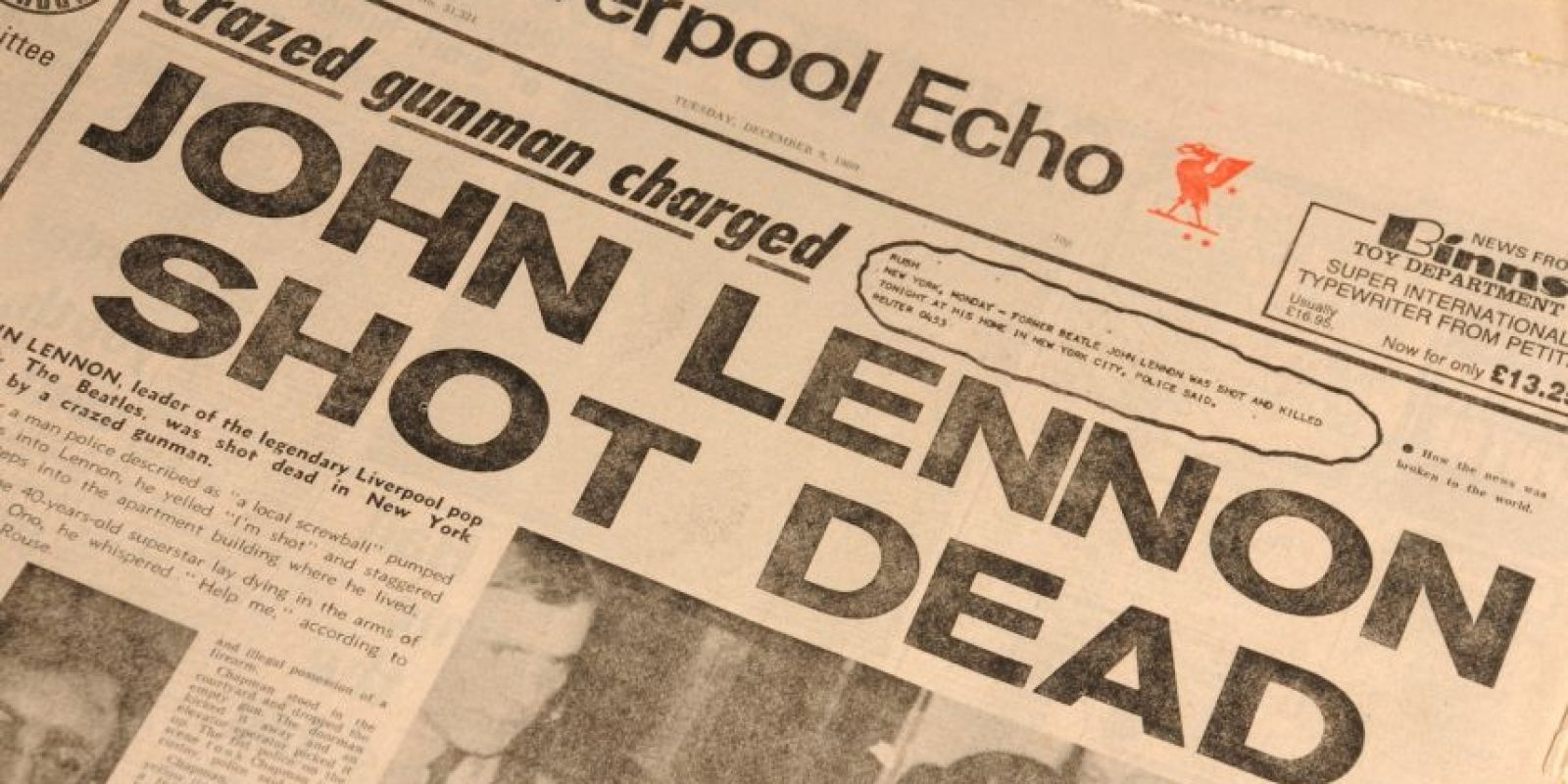 Un periódico del día de la muerte de John Lennon. Foto:Cooperowen.com