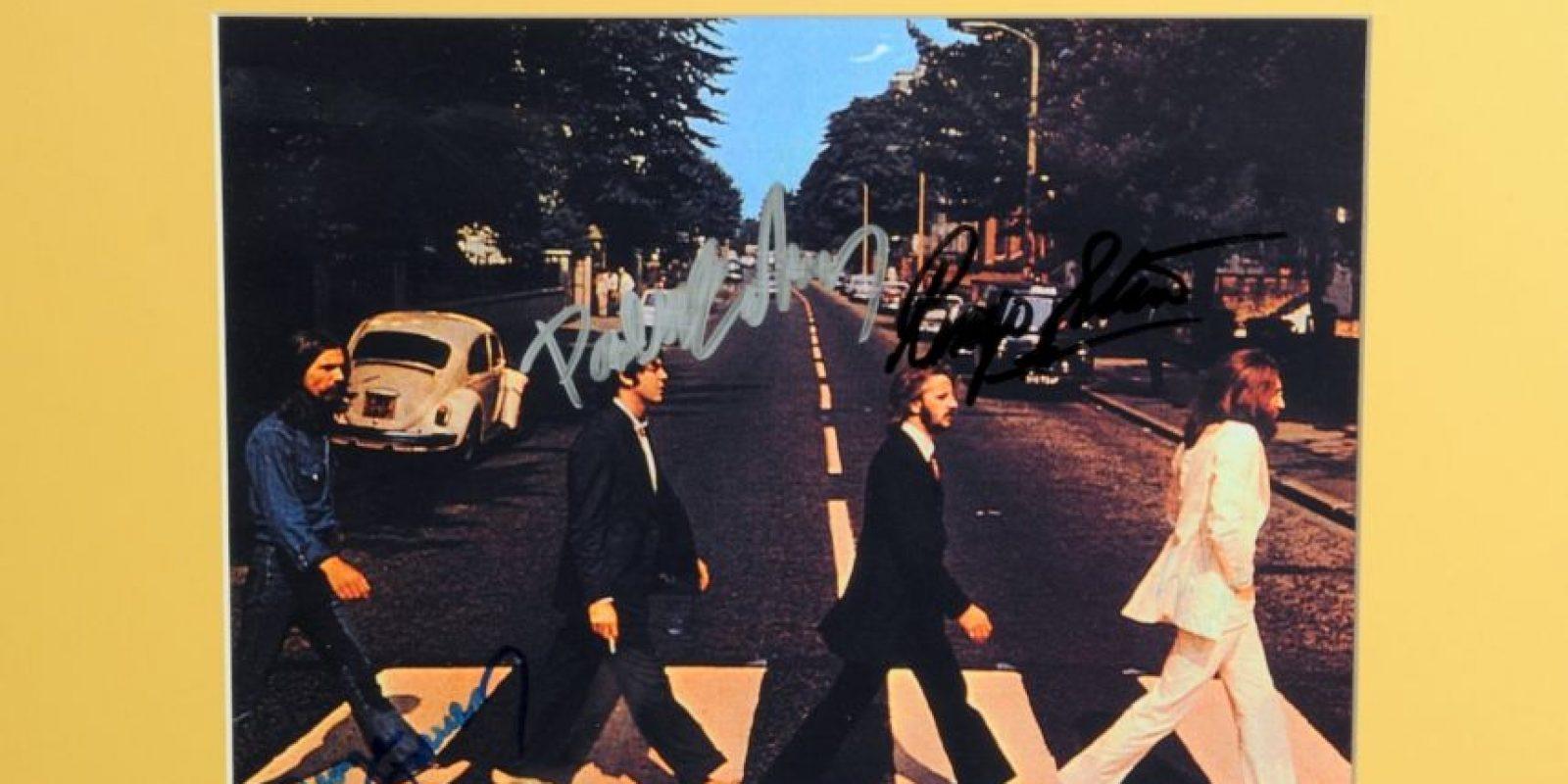 """Un promocional de la portada de """"Abbey Road"""" con las firmas de la banda. Foto:Cooperowen.com"""