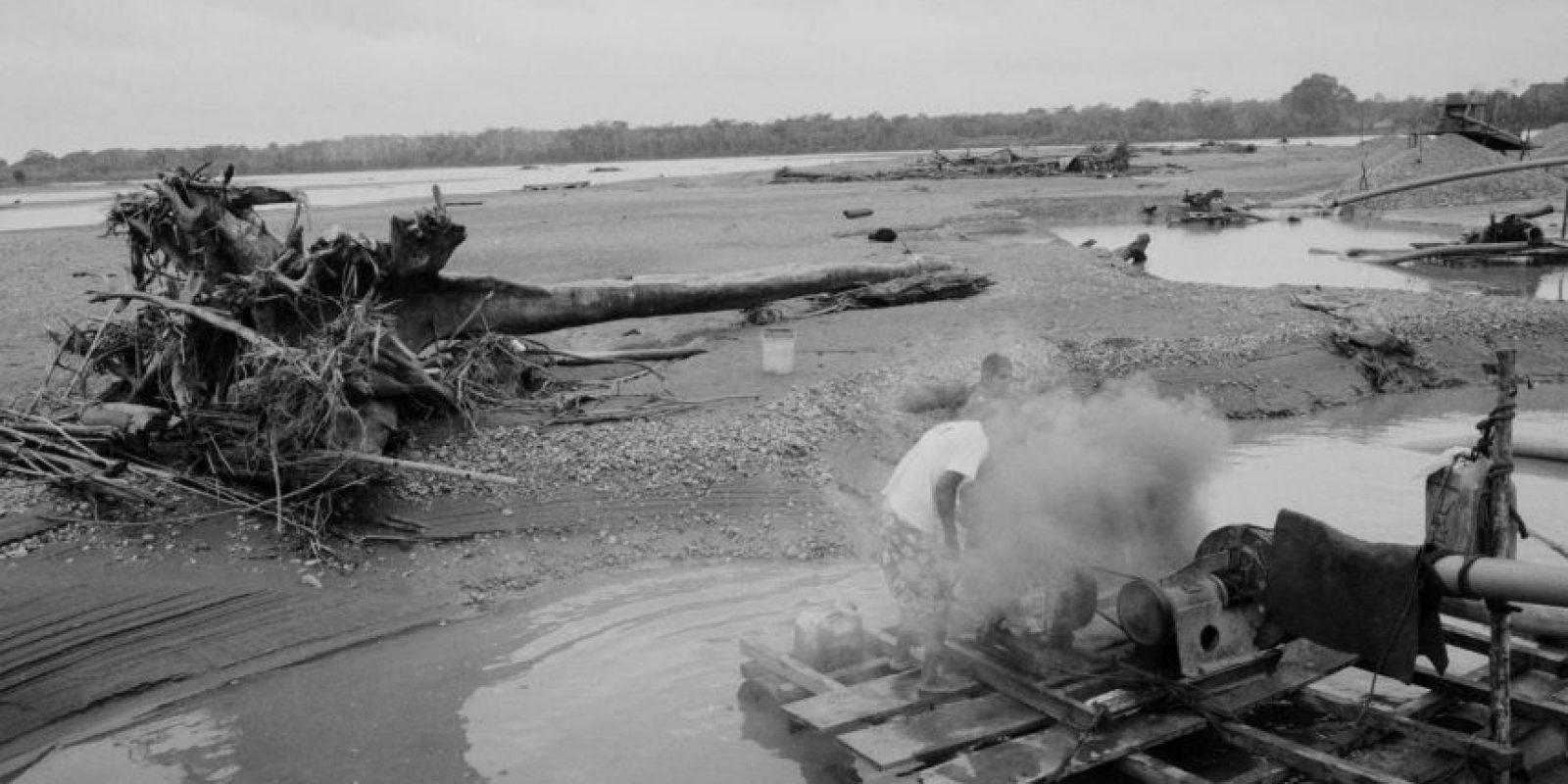 """En esta foto tomada el 24 de mayo de 2014, un minero opera una máquina hidráulica conocida localmente como """"chupadera"""", en un improvisado campamento minero en La Pampa, en la región Madre de Dios, Perú. La minería de oro ilegal ha convertido, durante la última década, la virginal selva peruana, de diez veces el tamaño de Manhattan, en un terreno valdío lleno de cicatrices. Foto:AP Photo/ Rodrigo Abd"""