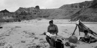 En esta foto tomada el 21 de mayo 201, Nilda Macedo sostiene a su hijo de dos meses de edad Snyder cerca de donde su esposo Joel trabaja en las minas de oro en Huepetuhe en la región de Madre de Dios del Perú. La vida es barata en los campamentos mineros. Toneladas de mercurio se vierten generando venenos ambientales que afectan a la cadena alimentaria de la sociedad, empezando por los mismos mineros y sus familias. Foto:AP Photo/ Rodrigo Abd