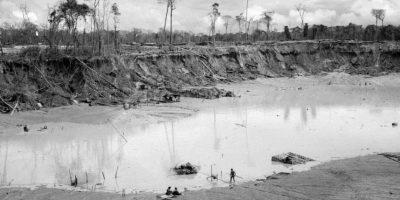 En esta foto tomada el 2 de mayo 2014, un minero camina hacia el interior de un cráter en una improvisada operación minera hacia una plataforma anexada a una bomba hidráulica, en La Pampa, en la región de Madre de Dios, Perú. El gobierno del país, el principal responsable de los bosques de Perú, fue cuestionado durante la conferencia climática de la ONU de este año, el cual era anfitrión del 1 al 12 de diciembre. Foto:AP Photo/ Rodrigo Abd