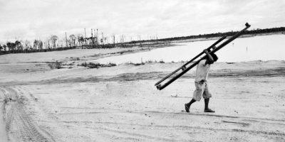 En esta foto tomada el 16 de mayo 2014, un minero rescata una pieza del equipo de minería después de una redada de la policía, en La Pampa, en la región de Madre de Dios. La minería ilegal de oro no es la mayor amenaza para la selva de Perú. Eso viene de la agricultura a pequeña escala por inmigrantes pobres de las tierras altas del país andino, dijo el ministro del Ambiente, Manuel Pulgar-Vidal. La tala y las plantaciones ilegales de aceite de palma también representan un problema para la selva. La toxicidad del mercurio ha contaminado la cadena alimentaria, incluidos los peces, principal fuente de proteínas de la población local. El país pierde cientos de millas cuadradas de un año debido a la deforestación. Foto:AP Photo/ Rodrigo Abd