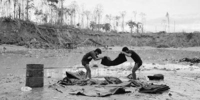 Mineros filtran arena en alfombras especiales, filtrando las pepitas de oro que recogen del agua en La Pampa, en la región Madre de Dios, Perú. Las excavaciones realizadas para conseguir oro han dejado agujeros del tamaño de una media docena de autobuses y ríos contaminados con decenas de toneladas de mercurio. El gobierno del país, el principal responsable de los bosques de Perú, fue cuestionado durante la conferencia climática de la ONU de este año, el cual era anfitrión del 1 al 12 de diciembre. La deforestación y el uso de la tierra representan hasta el 15 por ciento del calentamiento global. 2 de mayo, 2014. Foto:AP Photo/ Rodrigo Abd