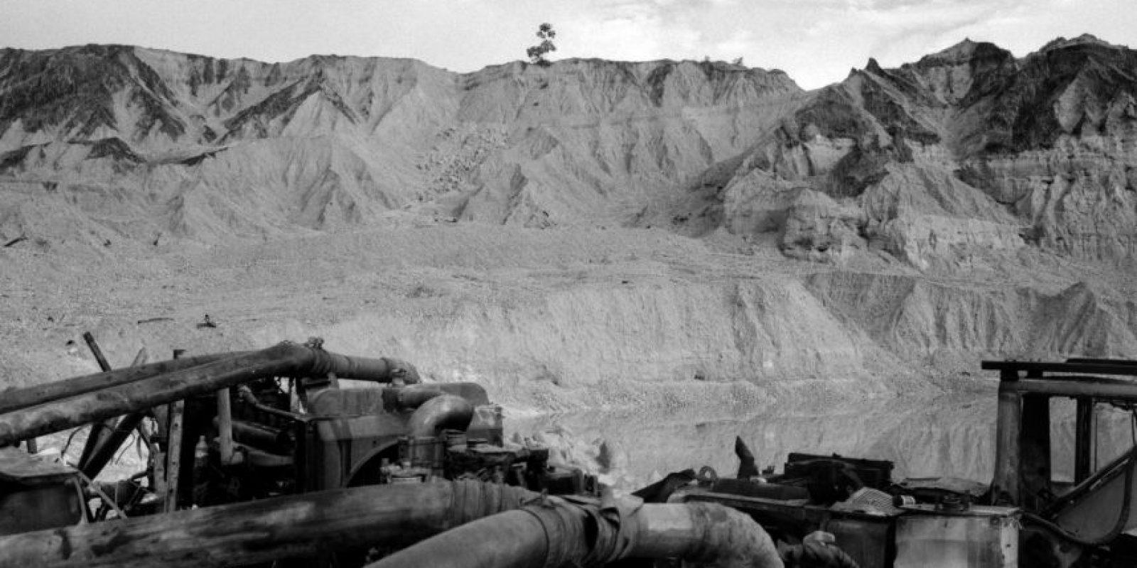 Una retroexcavadora utilizada para la minería quedó inactiva en un cráter después de que las fuerzas de seguridad la dejaran fuera de servicio en abril, en Huepetuhe en la región de Madre de Dios, Perú. En una redada sorpresa, unos 1.500 policías y soldados dinamitaron 20 millones de dólares de maquinaria pesada en una ofensiva que el gobierno de Perú realizó contra la minería ilegal de oro, la cual ha afectado la riqueza ecológica de la región selvática del sudeste de Madre de Dios. 21 de mayo, 2014. Foto:AP Photo/ Rodrigo Abd