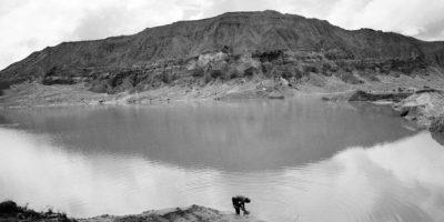 """En esta foto tomada el 21 de mayo 2014, varios hombres que excavan una mina de oro con una técnica conocida como """"chiquiquiar"""" se detienen a comer el almuerzo en Huepetuhe en la región de Madre de Dios, Perú. Esta próspera ciudad amazónica de casi medio siglo de edad ha caído en la quiebra. Miles de personas han dejado Huepetuhe desde que el gobierno suspendió los envíos de gasolina en abril y envió tropas para destruir la maquinaria pesada utilizada en la minería que consideró ilegal. Los mineros que se quedaron se reducen a la extracción de oro rudimentario utilizando picos, palas y motores pequeños. Foto:AP Photo/ Rodrigo Abd"""