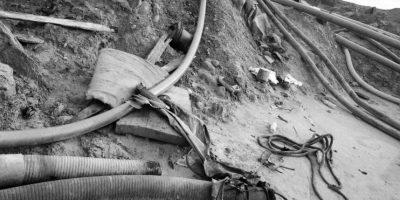 En esta foto tomada el 21 de mayo de 2014, se observa una red de tubos de plomo en una laguna de la que se desvió el agua en un intento por rescatar una excavadora en un campamento minero en Huepetuhe en la región de Madre de Dios en Perú. La minería de oro ilegal ha convertido, durante la última década, la virginal selva peruana, de diez veces el tamaño de Manhattan, en un terreno valdío lleno de cicatrices. El gobierno del país, el principal responsable de los bosques de Perú, fue cuestionado durante la conferencia climática de la ONU de este año, el cual era anfitrión del 1 al 12 de diciembre. Foto:AP Photo/ Rodrigo Abd