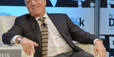 Barry Diller. Es el director ejecutivo de los medios para la creación de Fox Broadcasting Company. Se casó con la diseñadora Diane von Fürstenberg, pero años más tarde se divorció. Actualmente es soltero y se le ha visto muchas veces acompañado de múltiples hombres a los que abraza sin pudor. En 2005, lo nombraron el ejecutivo mejor pagado del año. Foto:Getty Images