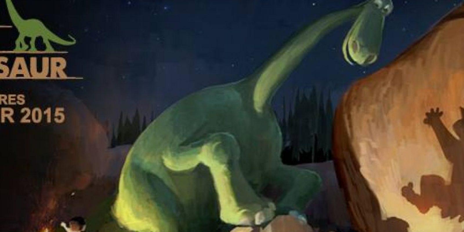 """Siguiendo la línea de Pixar de crear historias con la pregunta: """"¿qué pasaría si…?"""", este filme plantea qué es lo que hubiera pasado si el meteorito que condenó a los dinosaurios a la extinción hubiera esquivado nuestro planeta. Arlo, el más pequeño de una familia de brontosaurios granjeros se embarca en una aventura en busca de su hogar al lado de un pequeño niño humano. Peter Sohn será el director de la cinta que estrena en noviembre de 2015. Foto:Facebook/The Good Dinosaur"""