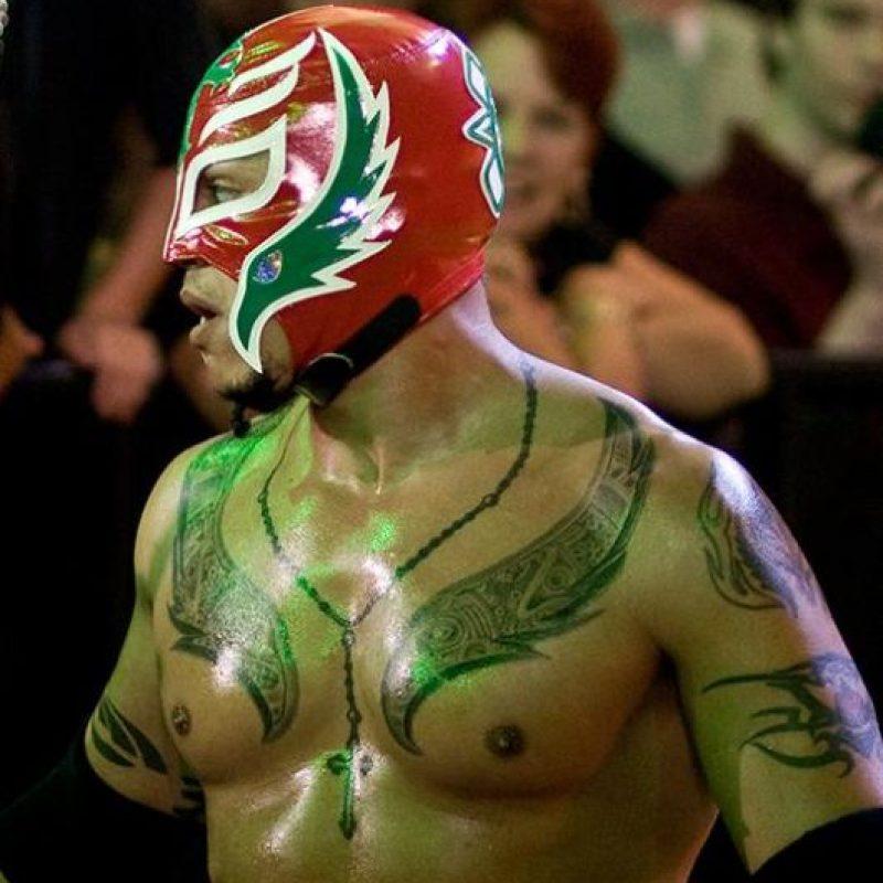Rey Mysterio: Lleva la palabra Mexican en el estómago y un rosario alrededor del cuello, como homenaje a sus orígenes aztecas Foto:WWE