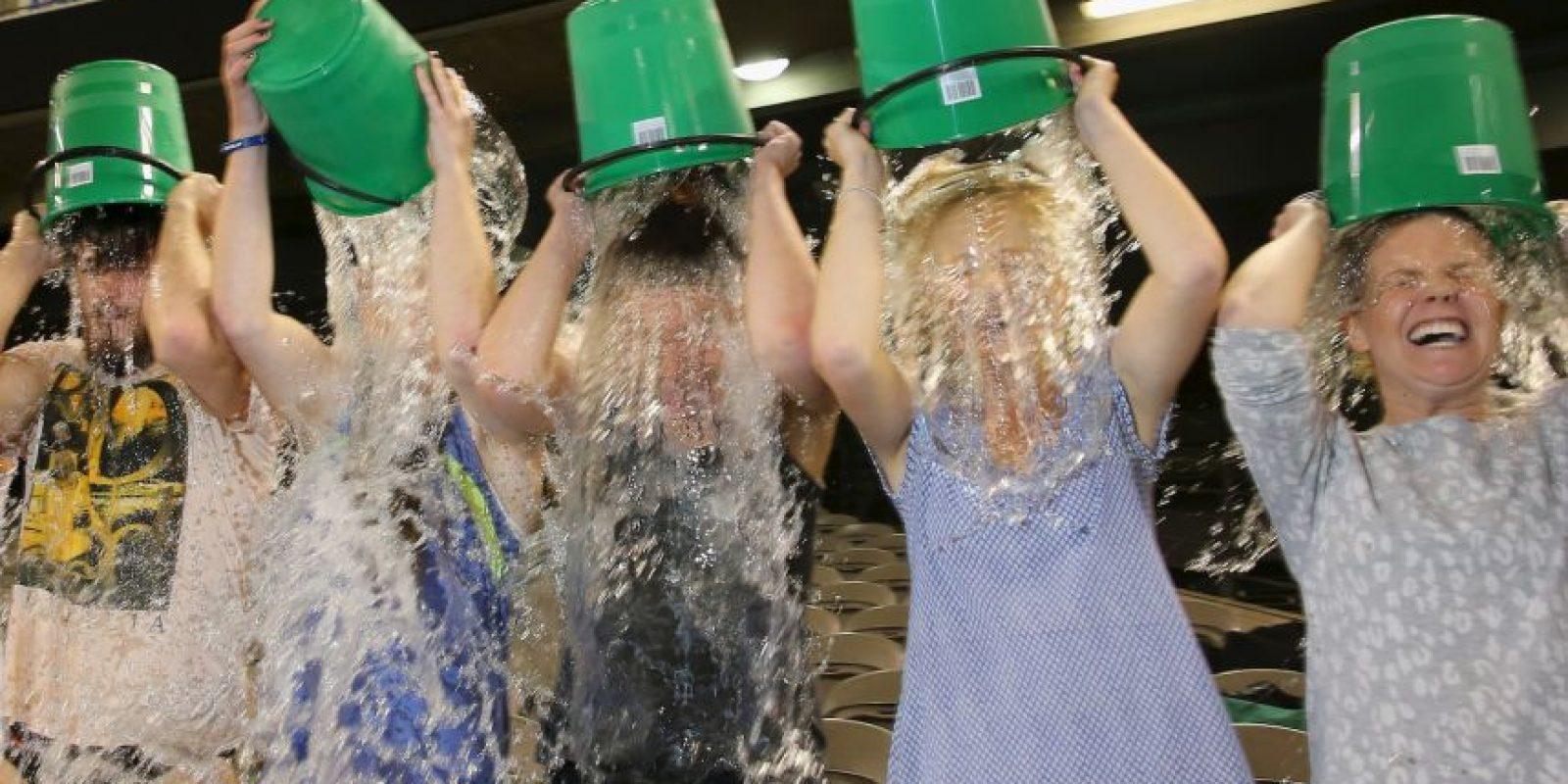 Esta etiqueta motivó uno de los juegos virales más exitosos del año: vaciarse el agua con hielo de una cubeta para reunir fondos que ayudaran a mejorar la investigación referente a la enfermedad Esclerosis Múltiple Amiotrófica. Foto:Getty Images