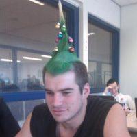 Navidad hasta en el peinado. Foto:Imgur