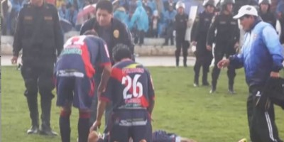 Video: Rayo cae sobre un jugador y un árbitro durante un partido