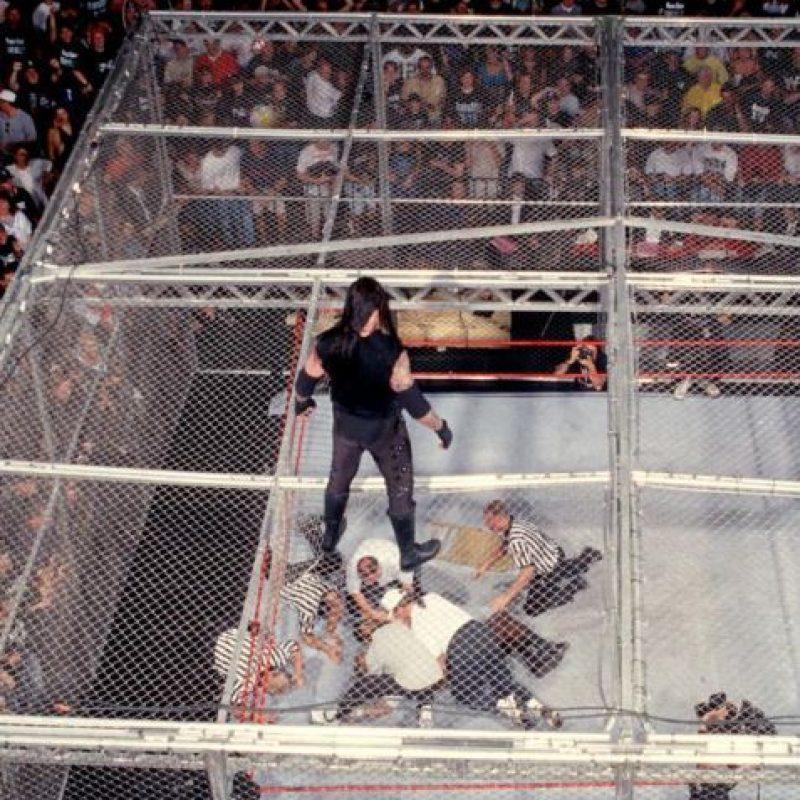 Y cayó del techo de la jaula en un combate ante Undertaker Foto:WWE
