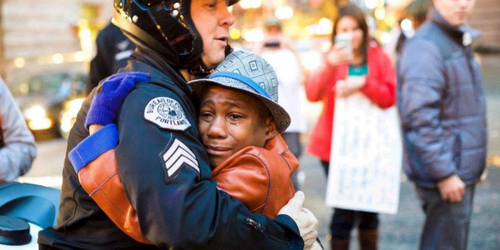 El momento en el que un niño de Ferguson y un policía se funden en un abrazo. Foto:AP
