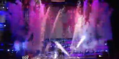 La Súperestrella categoría R llamó a Hardy y cuando éste salió tuvo un accidente con los fuegos artificiales Foto:WWE