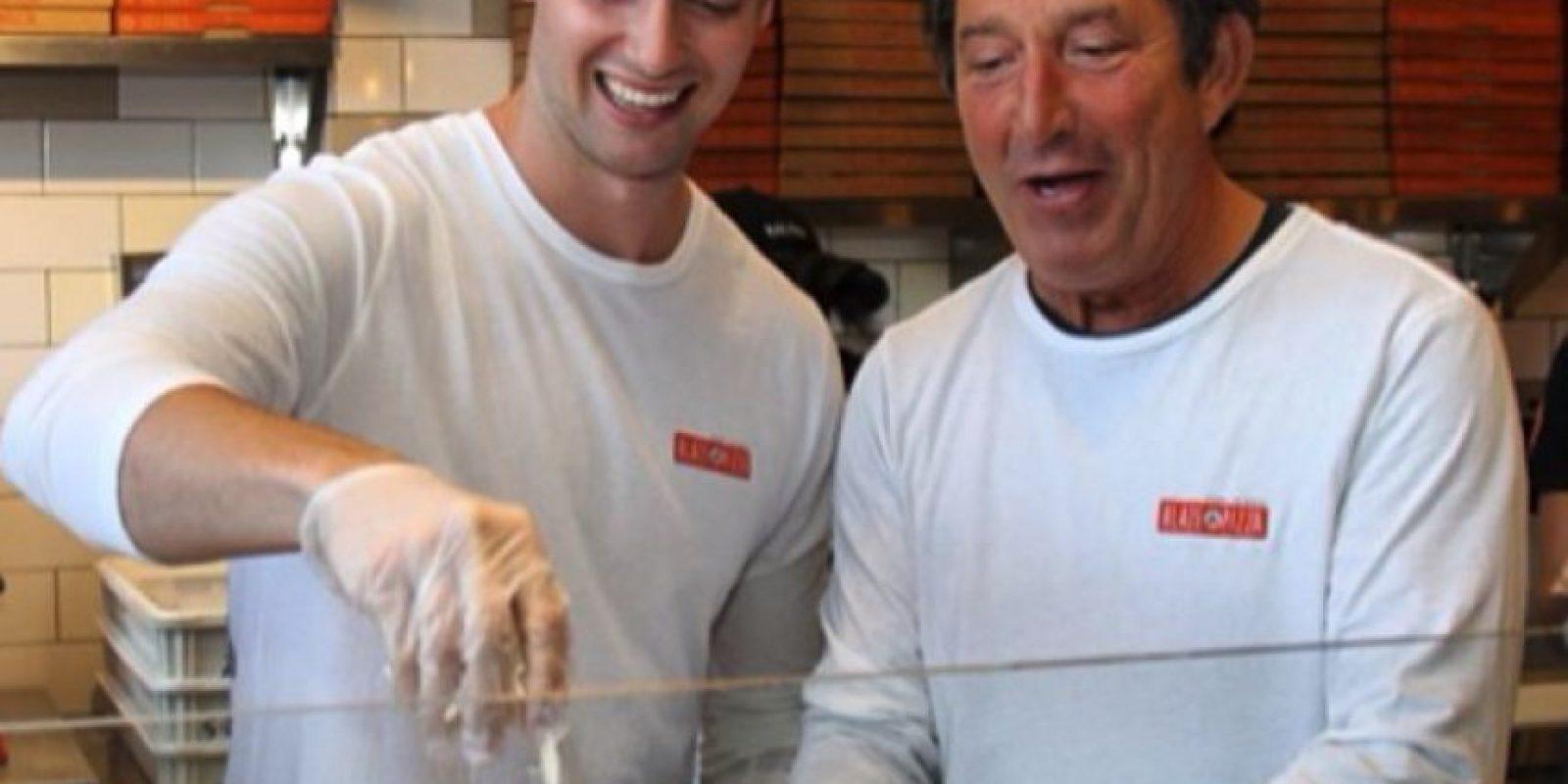 Así es como Patrick disfruta de una pizza Foto:Instagram/Patrick Schwarzenegger