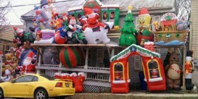Y así los muñecos inflables invadieron esta casa. Foto:Imgur