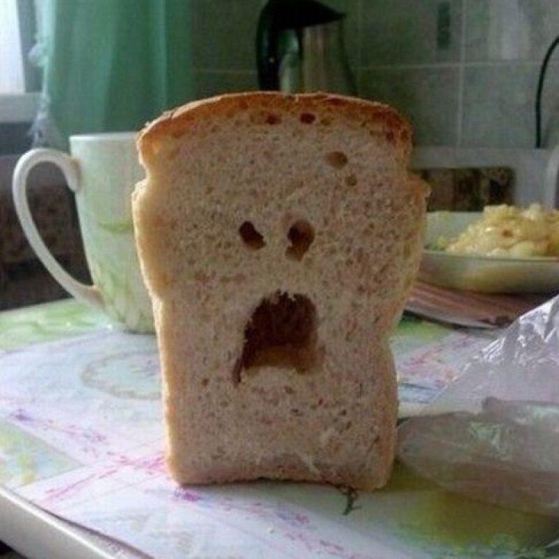 ¡Esta es la cara de un pan cuando sabe que están a punto de comérselo! Foto:Twitter: @FacesPics